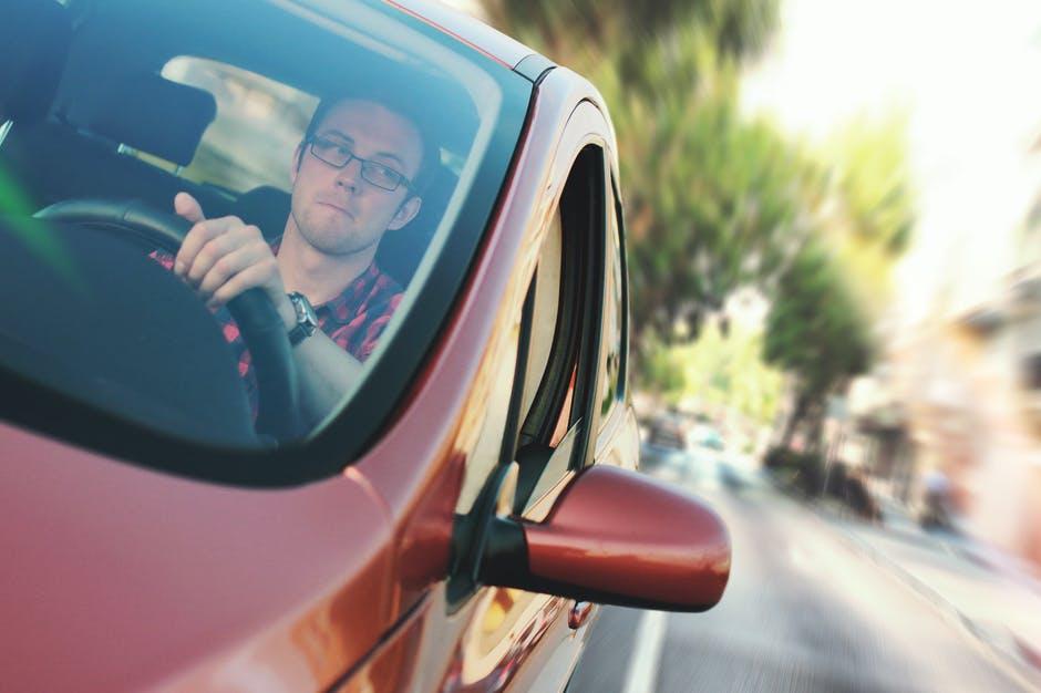 Defensieve rijcursussen bieden een diepgaande onderzoek van verkeerswetten